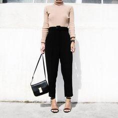 Pin for Later: 20 Outfits, die sowohl stylish als auch bequem sind Ein Camel-farbener Pulli mit lockeren Hosen und High Heels