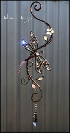 Dragonfly gemstone and crystal suncatcher by Cathy Heery from Intrinsic Designs by leta Wire Crafts, Bead Crafts, Jewelry Crafts, Diy And Crafts, Wire Wrapped Jewelry, Wire Jewelry, Jewellery, Carillons Diy, Bijoux Fil Aluminium