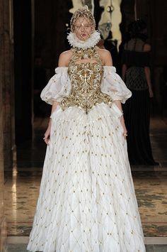 Alexander McQueen Herbst 2018 Ready-to-Wear Alexander Mcqueen Wedding Dresses, Alexander Mcqueen Kleider, Fashion Week, Fashion Show, Fashion Design, Paris Fashion, Fall Dresses, Bridal Dresses, Designer Wedding Dresses