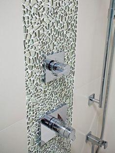 Mosaik wie aus Glasscherben neben der Dusche