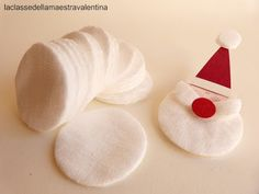 Anche un dischetto struccante può trasformarsi in qualcosa di originale. Un dischetto tondo di cotone può diventare una soffice barba d. Diy Christmas Activities, Christmas Crafts For Kids, Diy Christmas Ornaments, Christmas Projects, Simple Christmas, Handmade Christmas, Holiday Crafts, Christmas Holidays, Merry Christmas
