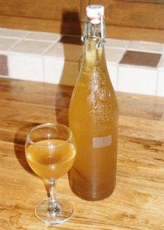 Boisson médiévale L'hypocras est une ancienne boisson à base de vin sucré au miel et aromatisé avec desépices. Ce breuvage, à la robe ambrée, est consomméedans toute l'Europ…