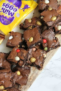 Perfectly Indulgent Chocolate Easter Brownies – Smartie Eggs, Mini Eggs, Milkybar Eggs, Golden Eggs and more in Gooey Chocolate Brownies. I knew with Easter coming up that I should do somethi… How To Make Brownies, Best Brownies, Chocolate Brownies, Chocolate Snacks, Janes Patisserie, No Egg Cookies, Cupcake Cakes, Egg Cupcakes, Mini Eggs