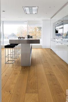 Eine Küche zum Träumen! Die Parkett Landhausdiele Plaza Eiche Markant verleiht modernen Küchen ein edles und zugleich authentisches Flair. Wäre das was für dich?
