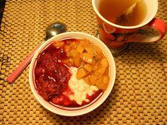 Marzipanis Frühstück in schönen Herbstfarben: Overnight Oats mit Pflaumenkompott und Pfirsich-Nektarine-Kompott, dazu Yogi Tee Schoko