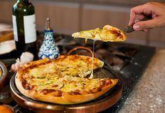 Uma coisa que aprendi ao longo dos anos é que tudo, absolutamente tudo, é mais gostoso se for fresquinho. Pensando nisso, que tal fazer a massa da pizza do final de semana e provar uma das melhores pizzas da sua vida?A receita de hoje é uma das mais gostosas que já gravamos: Gui aprendeu a fazer massa de pizza com...