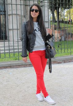 New sport chic outfit winter jeans ideas. maria trs chic: converse look Chic Winter Outfits, Chic Outfits, Fall Outfits, Fashion Outfits, Outfit Winter, Sneakers Fashion, Red Pants Outfit, Looks Jeans, Outfits With Converse