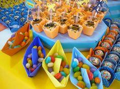 Festa colorida, festa de papel, com cataventos, barquinhos...  Nada daquelas decorações de personagens... e os aniversariantes eram meus2 s...