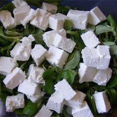 Roszponka, winogrona, pomidorki, ser feta, cebula i słonecznik to wszystkie składniki, które tworzą wspaniałą kompozycję smaków. Pyszne połączenie uzupełnia wyśmienity sos z miodu, oliwy z oliwek… Feta, Dairy, Lunch, Cheese, Eat Lunch, Lunches