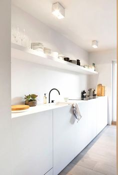 White on white modern, minimalist kitchen design moderne witte keukens, k. Minimalist Home Decor, Minimalist Kitchen, Modern Minimalist, Minimalist Design, Kitchen Furniture, Kitchen Decor, Kitchen Ideas, Furniture Design, Etagere Design
