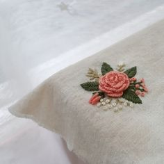 Wonderful Ribbon Embroidery Flowers by Hand Ideas. Enchanting Ribbon Embroidery Flowers by Hand Ideas. Brazilian Embroidery Stitches, Hand Embroidery Videos, Embroidery Flowers Pattern, Learn Embroidery, Hand Embroidery Stitches, Silk Ribbon Embroidery, Embroidery For Beginners, Crewel Embroidery, Embroidery Hoop Art
