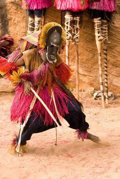 Dogon Mask Dance. Les cultures africanes, enigmàtiques que cal, també, preservar.