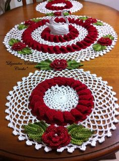 This Pin was discovered by Roc Crochet Applique Patterns Free, Crochet Flower Patterns, Doily Patterns, Crochet Motif, Crochet Designs, Crochet Doilies, Crochet Flowers, Crochet Table Runner, Crochet Tablecloth