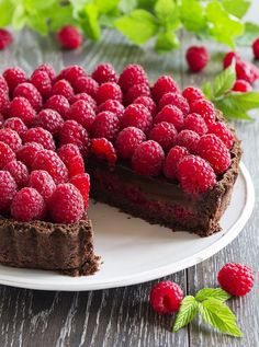 Chocolate Tart with Raspberries Pie Recipes, Sweet Recipes, Dessert Recipes, Chocolate And Raspberry Tart, Chocolate Tarts, Delicious Desserts, Yummy Food, Salted Caramel Fudge, Salted Caramels