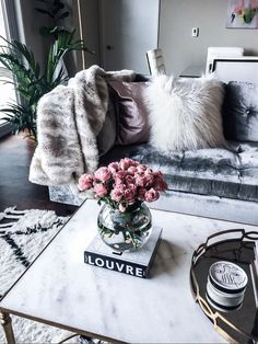 Houston fashion and lifestyle blogger Tiffany Jais sharing weekend deals, click to read more!   Kate Spade gold polka dot vase and The Louvre book