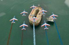 Les huit avions tricolores à la verticale de Fort Boyard.