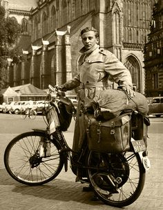 Wereldreiziger vóór vertrek / Globe-trotter Willink with his overloaded moped Old Photos, Vintage Photos, The Godfather Part Ii, Somewhere In Time, Vintage Bicycles, North Africa, Dieselpunk, Time Travel, Touring