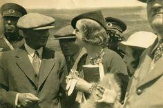'O'na tüm dünya hayrandı'  bir İngiliz gazeteci bayanın hayran gözlerle Atatürk'ümüze gülümsediği fotoğraf.