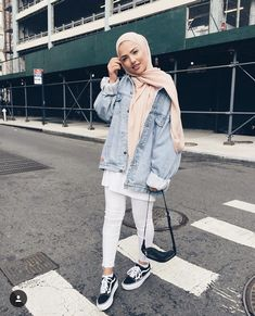 How to Wear Denim Jackets for a Cool Hijab Style - hijab outfit Modern Hijab Fashion, Street Hijab Fashion, Hijab Fashion Inspiration, Muslim Fashion, Mode Inspiration, Fashion Muslimah, Modesty Fashion, Abaya Fashion, Trendy Fashion