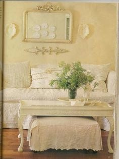 could use drawers to make 2 ottomans to slide under.Shabby Chic ~ Love the ottoman/coffee table Shabby Chic Kitchen, Shabby Chic Cottage, Shabby Chic Homes, Shabby Chic Style, Shabby Chic Decor, Vintage Decor, Cottage Style, Vintage Glam, Vintage Modern