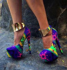 Viste tus zapatos con metales y estampados para un look único y super a la moda