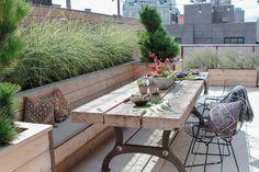 Snygg bänk, växter och bord