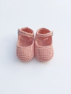 Diy Crafts - Knit Baby Booties Knit Baby Shoes Knit Crib by MarigurumiShop Knit Baby Booties, Crochet Baby Shoes, Baby Boots, Knitted Baby, Diy Crafts Knitting, Knitting For Kids, Baby Knitting Patterns, Beret Rouge, Pink Cotton Candy