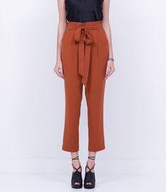 Calça feminina Modelo clochard Marca: Cortelle Tecido: alfaiataria Composição: 93% Poliéster e 07% Elastano Modelo veste tamanho: 36 Medidas da Modelo: Altura: 1,82 Busto: 83 Cintura: 66 Quadril: 94 COLEÇÃO INVERNO 2016 Veja outras opções de calças femininas.