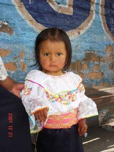 Niña Otavaleña con ropa típica.