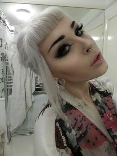 Love the piercings, brings the look together Estilo Pin Up, Estilo Retro, Hairstyles With Bangs, Trendy Hairstyles, Betty Bangs, Silver White Hair, Short Bangs, Short Pixie, Bob Bangs