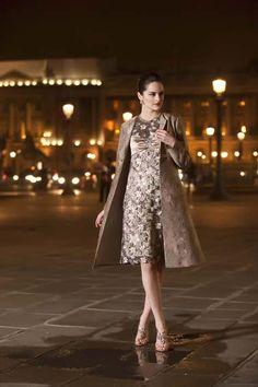 Completo elegante: abito corto in macramè leggermente svasato, soprabito in tessuto matelassè