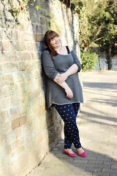 Plus Size outfit with heart-print jeggings by Dorothy Perkins, an oversized grey sweater and pink ballerinas #plussize #fatshion