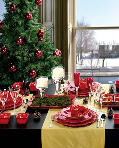 Color scheme for yellow door decor?  from http://www.homedit.com/50-christmas-table-decorating-ideas-for-2011/