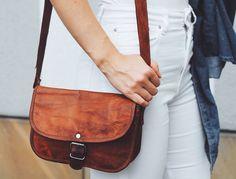 """So schön und einzigartig wie die Blume präsentiert sich die Umhängetasche """"Mary S"""" in feinem Ziegenleder. Ohne viel Tamtam wird dieses Täschchen zum praktischsten und zugleich schönsten Accessoire, was Du besitzt. Die Handtasche macht ihrem Namen alle Ehre. Hochwertig verarbeitetes Leder gepaart mit klassischer Eleganz macht das Besondere an ihr aus - Vintage - Lederhandtasche - H17"""