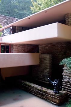 Exterior view of Fallingwater, designed by Frank Lloyd Wright. a classic! Frank Lloyd Wright Buildings, Frank Lloyd Wright Homes, Falling Water House, Falling Waters, Beautiful Architecture, Interior Architecture, Falling Water Frank Lloyd Wright, Modern Buildings, Amazing Buildings