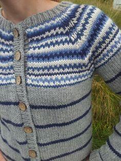 Retrokofte i blåtoner - Ravelry: Badeand's Retrokofta Diy Crafts Knitting, Knitting Projects, Vintage Sweaters, Retro, Baby Knitting, Knit Crochet, Cardigans, Men Sweater, Stripes