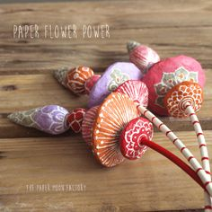 Handmade unique flowers made of paper mache beads. In beautiful colors and patterns. The can be combined endlessly!