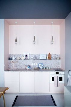 Ein dunkles Element zu einer Pastellpalette dazuzugeben, ist vielleicht die schärfste Art, mit Pastell zu arbeiten. Schau dir nur mal deine Unterwäsche zum Beweis an, falls du uns nicht glaubst: fahlrosa und marineblau, hautfarben und schwarz, Pfirsich und Grau – und die Liste geht weiter. Nur ein Hauch von etwas Dunklem und Düsteren verwandelt deinen hübschen Raum im Handumdrehen in eine Behausung voller Raffinesse. #refinery29…