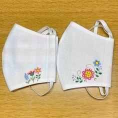"SYOKOのおもちゃばこ's Instagram post: ""お花のワンポイントマスク! 表はコットン、裏はダブルガーゼ!コットンには接着芯を貼ッタので形がきれいに保てます。  #羊毛刺繍 #羊毛フェルト #パッチワーク #パッチワークキルト #手づくり #handmade #手づくり雑貨 #手芸作家 #ミシンキルト #フリーモーション…"" Hand Embroidery Flowers, Flower Embroidery Designs, Vintage Embroidery, Sewing Hacks, Sewing Crafts, Sewing Projects, Crochet Mask, Bobbin Lace Patterns, Millinery Hats"