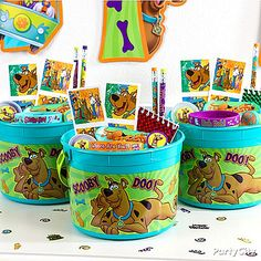 Every detective needs the right tools! Hand out Scooby-Doo favor buckets filled with notebooks, pencils, a magnifying glass & more! Torta Scooby Doo, Scooby Doo Birthday Cake, New Scooby Doo, 5th Birthday Party Ideas, Fall Birthday, Halloween Birthday, 8th Birthday, Birthday Party Favors, Scoby Doo