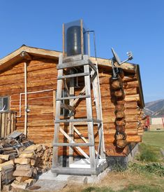 Learn some of the problems that occur when you build a solar shower. A solar shower can provide you with a hot shower on most sunny days. Homestead Survival, Survival Prepping, Emergency Preparedness, Survival Life, Survival Gear, Solaire Diy, Solar Shower, Diy Solar, Off The Grid
