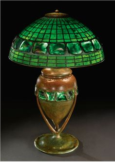 "Lampara de mesa de patron geometrico con cenefa de piezas de ""Caparazon de tortuga"" de ""Favrile Glass"". Louis Comfort Tiffany."