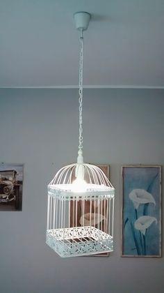 Jaula decorativa convertida en lámpara de techo. Blanco satinado. Mide 22 x 22 x 45 cm, más 55 cm de cable, que se puede acortar.