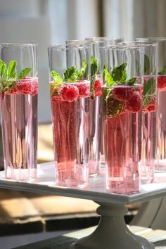 Holiday Cocktails - Champagne, Cranberry Juice, Raspberry & mint to garnish! Cocktails Champagne, Cocktail Drinks, Cocktail Recipes, Pink Champagne, Cocktail Ideas, Raspberry Cocktail, Alcoholic Drinks, Champagne Brunch, Raspberry Mojito