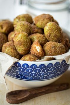 Deep Fried Olives: The perfect holiday appetizer! Just dip some drained olives in a beaten egg, coat with bread crumbs, and fry in olive oil. Make sure you have extra jars of olives on hand, because these will disappear quick! Holiday Party Appetizers, Thanksgiving Appetizers, Appetizers For Party, Appetizer Recipes, Thanksgiving Sides, Thanksgiving Recipes, Tapas, Party Food And Drinks, Foodblogger