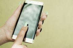 Descargar  Imágenes gratis de  Manos de mujer con Smartphone curvo
