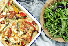 Gratinerte grønnsaker i langpanne Mozzarella, Vegetable Pizza, Food And Drink, Eggs, Yummy Food, Baking, Vegetables, Red Peppers, Delicious Food
