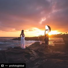 "Image vía @profotoglobal  @xposeagain takes us BTS to Laguna Beach with the #ProfotoB1 Umbrella Deep and his friend ""the human light stand"". #Profoto #FlashPhotography"