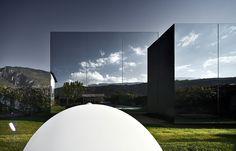 Два дома с зеркальным фасадом в Италии