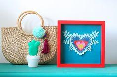 Uma quinta colorida para você! Se você passou no blog essa semana já conferiu o post cheio de inspirações e esse quadrinho de papel (!!!) é uma delas. Quem faz artesanato com papel aí? Beijos! #artesanato #papel #quadro #decor #bolsapalha #pompom #chaveiro #inspiração #blog #euamofazerartesanato
